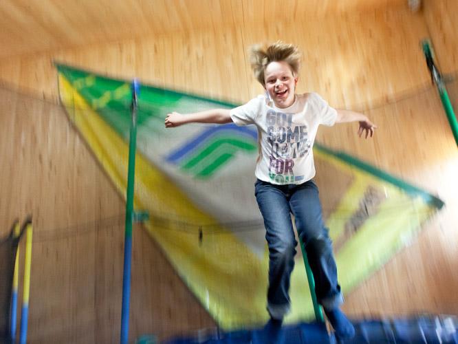 Spass beim Sport. Kinder springen Trampolin