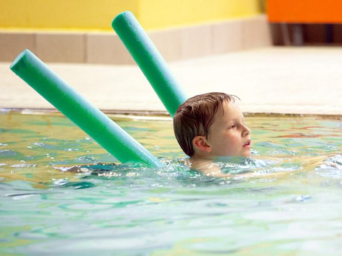 Schwimmunterricht für Kinder. Schwimmen lernen.